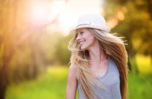 幸せそうに微笑む女性